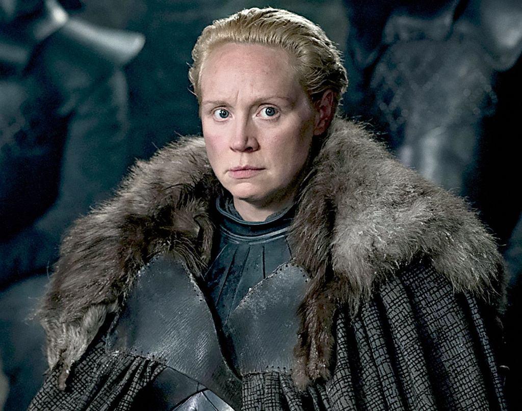 Gwendoline Christie jako Brienne z Tarthu szykująca się do wielkiej bitwy, w której żywi stawią czoło armii umarłych. Zdjęcia do niej trwały nocami przez 11 tygodni