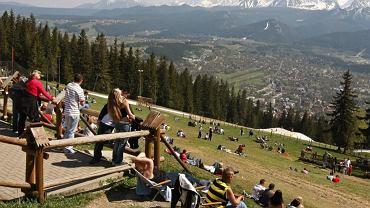Widok na Tatry i Zakopane z Gubałówki, na którą wjeżdża nowoczesna kolejka/shutterstock