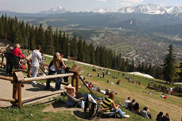 Widok na Tatry o Zakopane z Gubałówki, na którą wjeżdża nowoczesna kolejka/shutterstock
