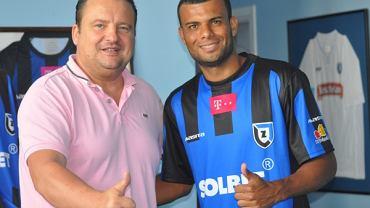 Samuel Araujo (z prawej, obok właściciel Zawiszy Radosław Osuch) miał być dużym wzmocnieniem zespołu. Okazał się niewypałem