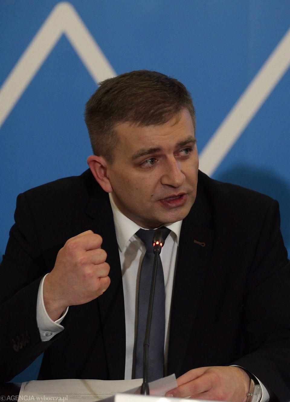 Minister zdrowia Bartosz Arłukowicz wiele razy obiecywał, że pieniądze zaoszczędzone na obniżce cen leków z listy refundacyjnej będą wydane na nowe leki. Słowa nie dotrzymał