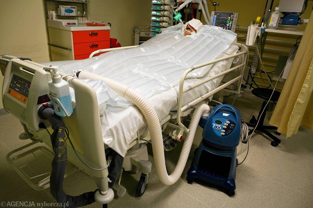 Lódź, szpital CKD, oddział anestezjologi i intensywnej terapii. Urządzenie do leczenia hipotermii (zdjęcie ilustracyjne)