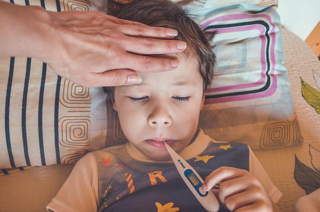 Gorączka u dziecka nie zawsze jest objawem poważnej choroby. Zdjęcie ilustracyjne