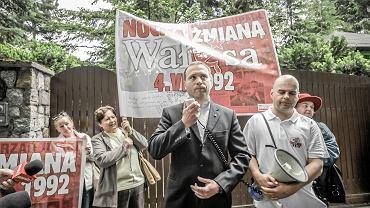 Manifestacja Ligi Obrony Suwerenności i gdańskiego Klubu Gazety Polskiej pod domem Lecha Wałęsy przy Polanki 54 w Gdańsku-Oliwie. Michał Stróżyk na pierwszym planie (w marynarce)