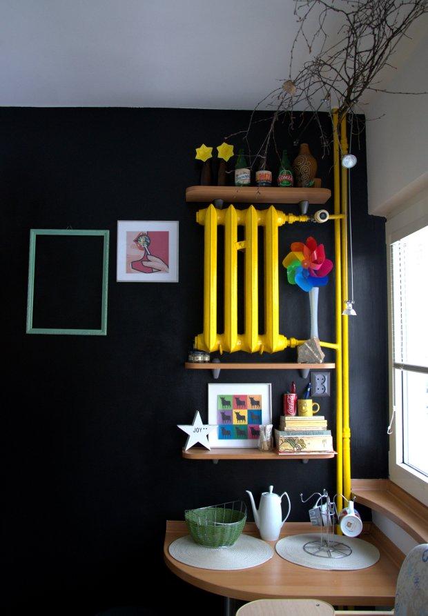 Metamorfoza objęta tylko malowanie ściany i grzehjnika oraz zmianę dekoracji. Półki na ścianie pozostały te same.