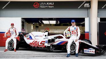 Nikita Mazepin i Mick Schumacher przy nowym bolidzie Haas F1 Team; Bahrajn (marzec 2021). Źródło: oficjalna strona Haas F1 Team