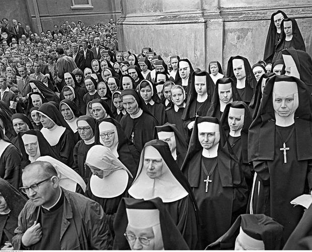 Siostry zakonne zgromadzone ze zgromadzeń m.in. SS. Felicjanek, Niepokalanek, Franciszkanek Rodziny Maryi, Służebniczek NMP na placu katedralnym podczas uroczystości milenijnych, Przemyśl, 1966 r.