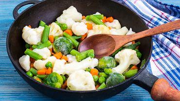 Szybki obiad? Wykorzystanie mrożonek może znacząco przyspieszyć przygotowanie posiłku.