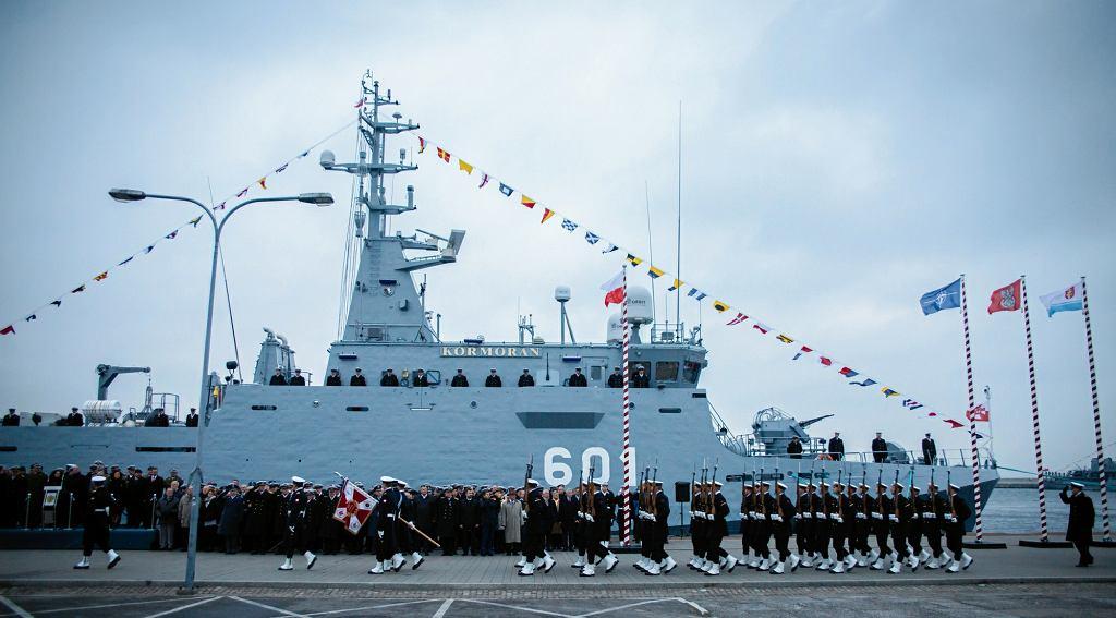 Uroczystość podniesienia bandery na ORP Kormoran