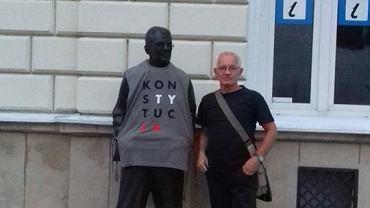 Sanocki artysta ubrał pomnik Zdzisława Beksińskiego w koszulkę z napisem 'KONSTYTUCJA'