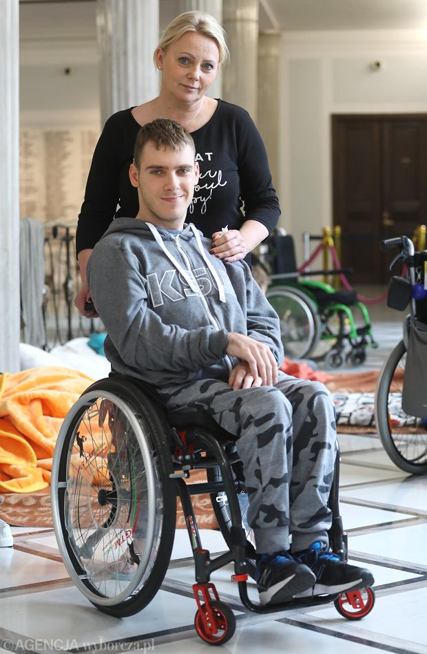 8 tys. zł na trwale niepełnosprawne dziecko. Kto z hejtujących Iwonę Hartwich się zgłasza?