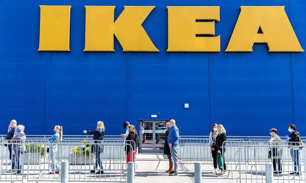 Pierwszy dzień otwartych galerii handlowych. Kolejka klientów do sklepu Ikei w Katowicach