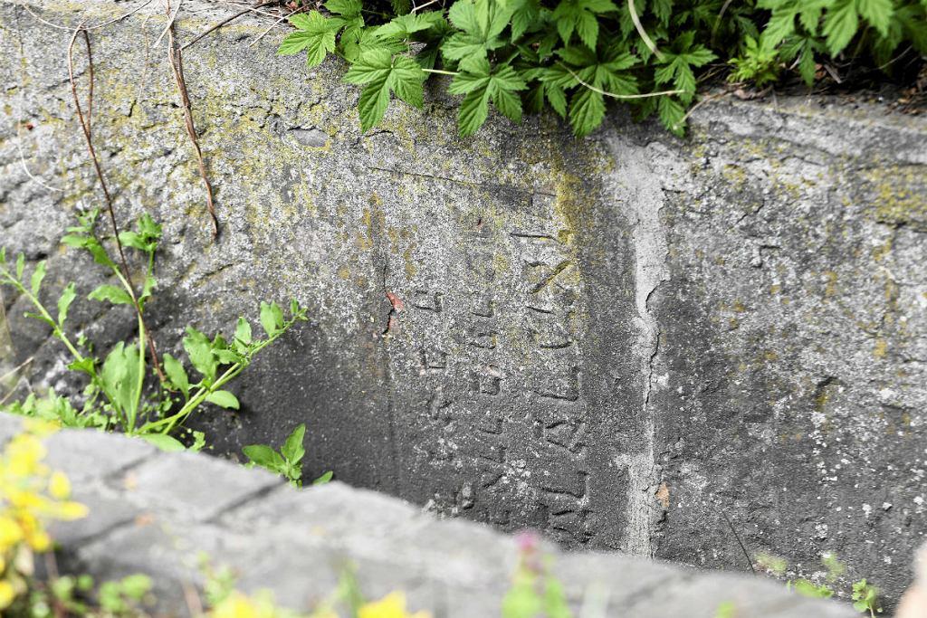 Cmentarz Bródnowski na którym płot zbudowany jest z nagrobków żydowskich