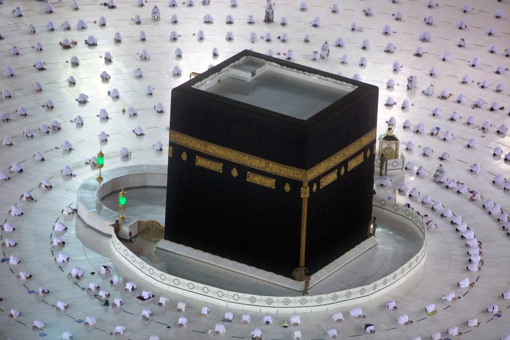 Ramadan. Muzułmanie modlą się podczas świętego miesiąca Ramadanu wokół Al-Kaby w Wielkim Meczecie w Mekce zachowując zasady dystansu społecznego