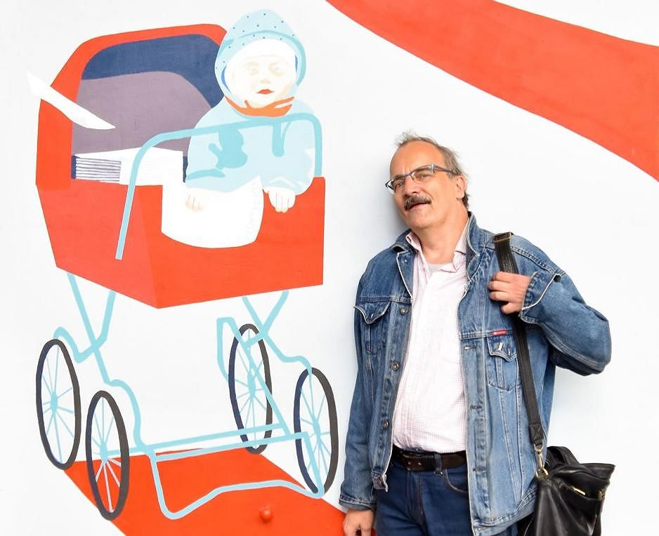 Leszek Biernacki przed wózkiem z muralu 'Kobiety Wolności'