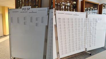 Zdjęcia tablic z wynikami rekrutacji w warszawskim CLV LO - po lewej lista przyjętych absolwentów podstawówek, po prawej - lista nieprzyjętych