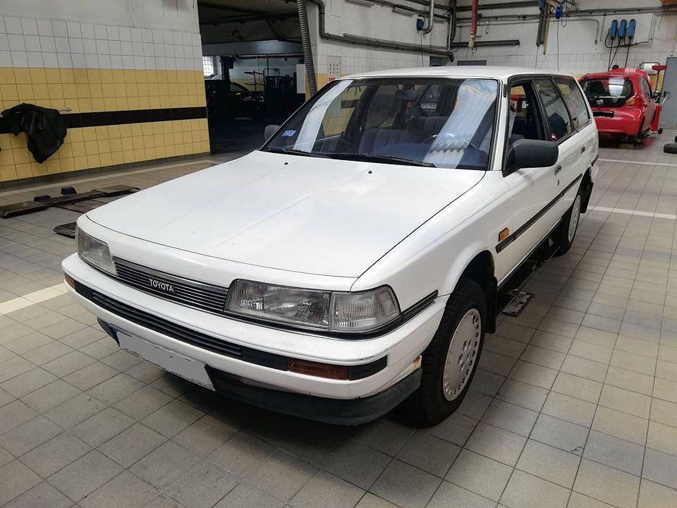 Klasyczna Toyota Camry II generacji na przeglądzie serwisowym