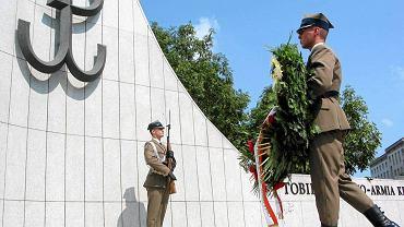 Znak Polski Walczącej na pomniku AK przy Sejmie
