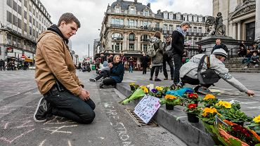 Mieszkańcy Brukseli na ulicach Starego Miasta, by uczcić ofiary zamachów, składali kwiaty