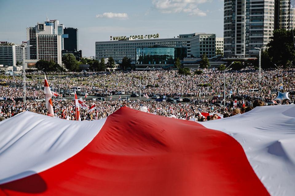 Największy protest w historii niepodległej Białorusi. Jedno ze zdjęć prezentowanych podczas Fotofestiwalu w Łodzi