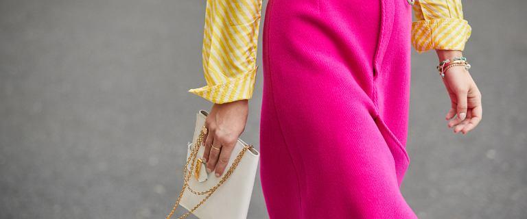 Ta długość spódnicy świetnie leży na każdym typie sylwetki. Oto modne propozycje do 150 złotych!