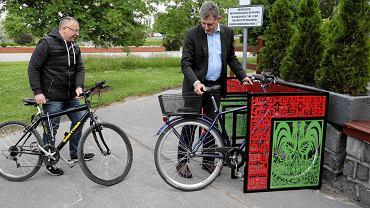 Cyclofolk - artystyczny stojak na rowery zainstalowano pod Spodkami WOAK-u przy ul. św. Rocha 14. Na zdjęciu: wicemarszałek Maciej Żywno i dyrektor WOAK-u Cezary Mielko
