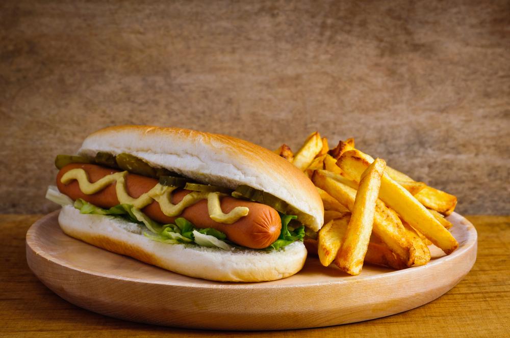 Chicago kuchnia amerykańska - hot dogi / Shutterstock