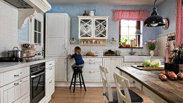 Kuchnia przypomina wnętrza domów z dawnej szwedzkiej wsi. Wcześniej świerkowa boazeria i sosnowe meble miały naturalną barwę. Agnieszka przemalowała je na biało, co dodało im urody, a wnętrzu - stylu.