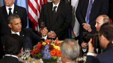 Prezydenci Barack Obama i Władimir Putin wznoszą toast podczas spotkania w siedzibie ONZ