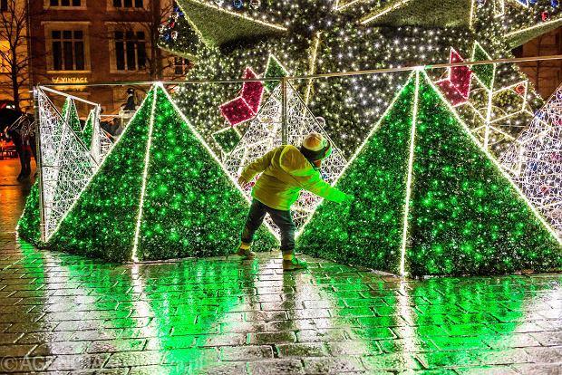 27.11.2016 Krakow . Choinka na Rynku Glownym .  Fot. Mateusz Skwarczek / Agencja Gazeta    SLOWA KLUCZOWE: swieta ozdoby choinka rynek krakow