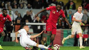 Jacek Góralski i William Carvalho podczas meczu Portugalia - Polska. Guimaraes, 20 listopada 2018