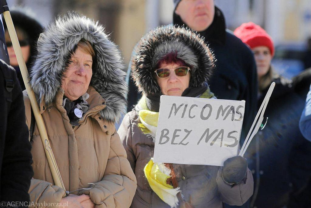 Akcję 'Słowo na niedzielę'- 'Wieszak dla biskupa' w Białymstoku i kilku innych miastach Polski zorganizował Ogólnopolski Strajk Kobiet