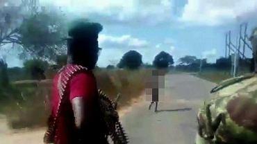 Mozambik - mężczyźni pobili i zastrzelili nagą kobietę idącą poboczem. Ofiara była podejrzewana o czary i współpracę z islamistami.