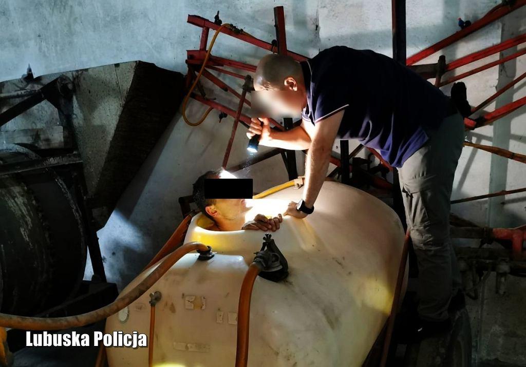 Mężczyzna ukrył się przed policją w zbiorniku na opryski