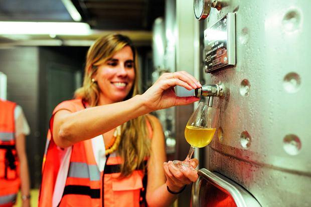 Clara Canals, enolożka z eksperymentalnej winiarni, częstuje nas białym winem. Zanim nowy rodzaj trafi na rynek, mija kilka lat badań.