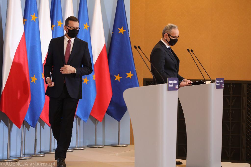 Premier Mateusz Morawiecki i minister zdrowia Adam Niedzielski na konferencji prasowej 8 października 2020 r.