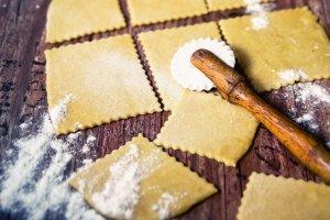 Kulinarny niezbędnik - przepisy na ciasta, które warto znać!