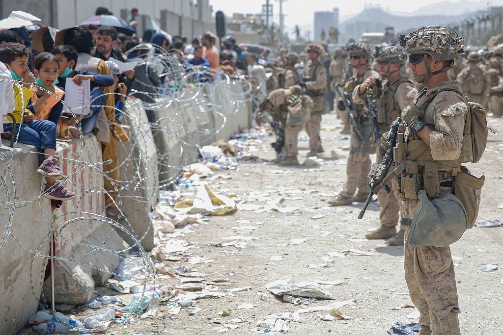 Amerykańscy marines pilnują porządku na lotnisku w Kabulu, 20 sierpnia 2021 r.