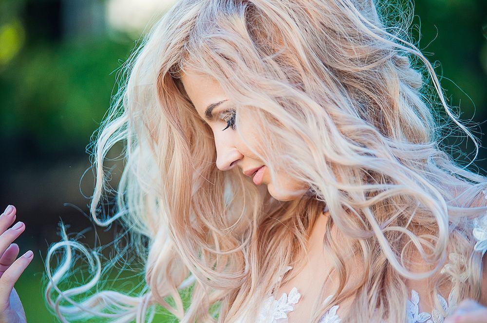 Cieniowane włosy ułatwią pozbycie się rozdwojonych końcówek. Zdjęcie ilustracyjne