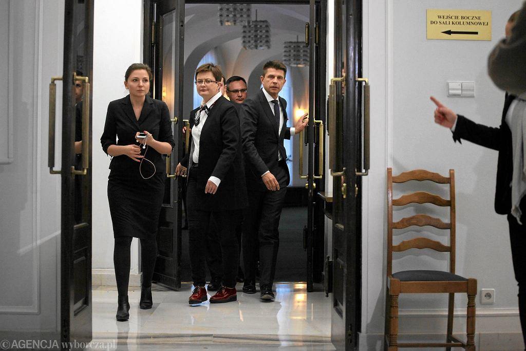 - To była niezręczność, przewodniczący w takiej sytuacji powinien być [na miejscu] - tak przewodniczący Nowoczesnej Ryszard Petru komentował swój wyjazd zagraniczny podczas dzisiejszej konferencji w Sejmie