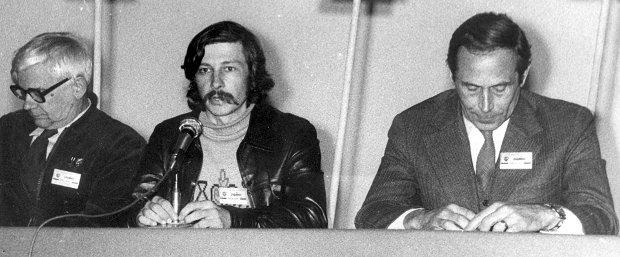 Od lewej: Jan Józef Lipski, Krzysztof Łoziński, Krzysztof Łypacewicz w czasie zjazdu delegatów regionu Mazowsze NSZZ Solidarność w 1981 roku.