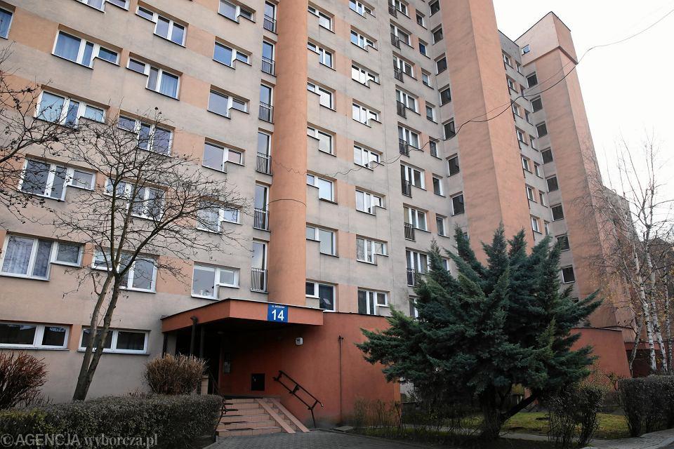 Blok przy ul. Wiśniowej - ktoś ostrzelał drzwi do klatki schodowej w bloku