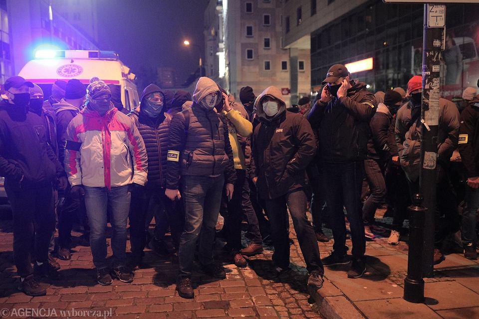 Policjanci po cywilnemu podczas Strajku Kobiet - manifestacji przeciw zaostrzaniu prawa aborcyjnego. Warszawa, 18 listopada 2020
