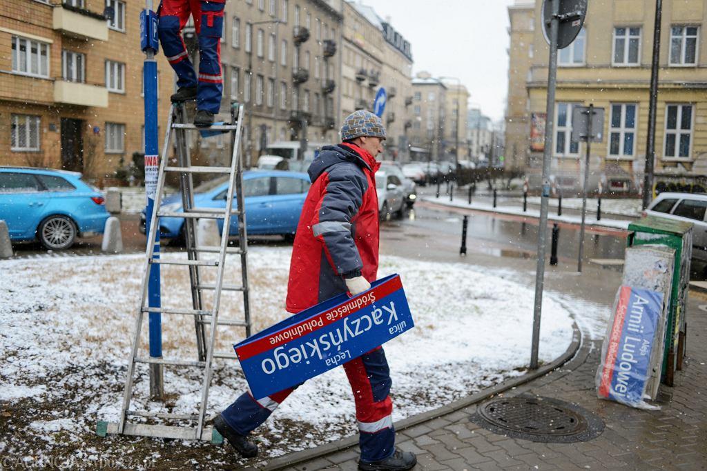 Tabliczki znowu do wymiany. Zdjęto 'Lecha Kaczyńskiego', zamontowano 'Armii Ludowej'