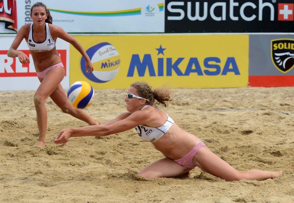 Agata Oleksy (przyjmuje piłkę)