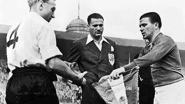 25.11.1953 r. Upokorzenie Anglików. Kapitanowie wymieniają proporce - z lewej Billy Wright (1924-94), z prawej Ferenc Puskás (1927-2006), największa gwiazda złotej jedenastki.