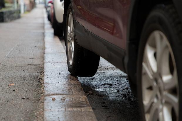 Parkowanie w ten sposób prowadzi do deformacji opony