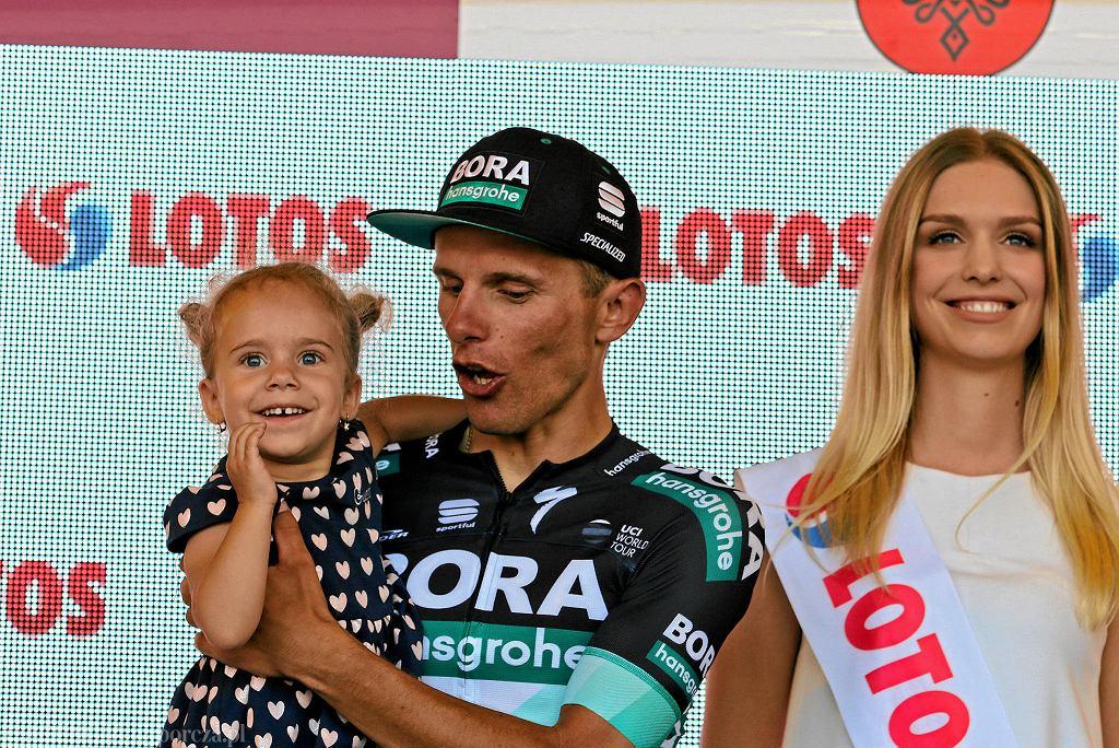 Rafał Majka był najlepszym polskim kolarzem poprzedniej edycji Tour de Pologne. Na zdjęciu z córka Mają i hostessą. W tym roku - w razie zwycięstwa - Majka na podium będzie sam