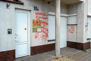 Obraźliwe napisy na ścianie Konsulatu Honorowego Ukrainy