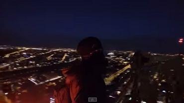 Kadr z filmu w którym śmiałek wspina się na szczyt Warsaw Spire